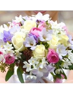 Giunchiglie, fresie blue moon, rose bianche e ranuncoli rosa