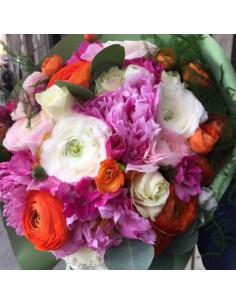 Bouquet colorato con ranuncoli arancio e bianchi, peonie fucsia e rose bianche avalanche