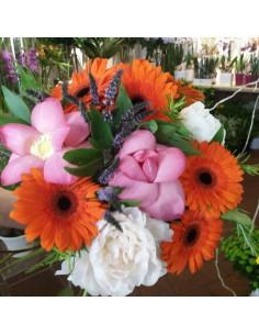 Fior di loto rosa, peonie bianche, germini arancio e punte di menta fiorita